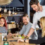 camarero fidelizando clientes restaurante