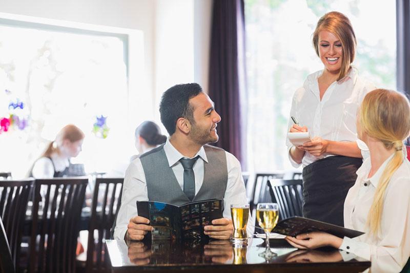 camarero transmitiendo confianza clietnes restaurantes